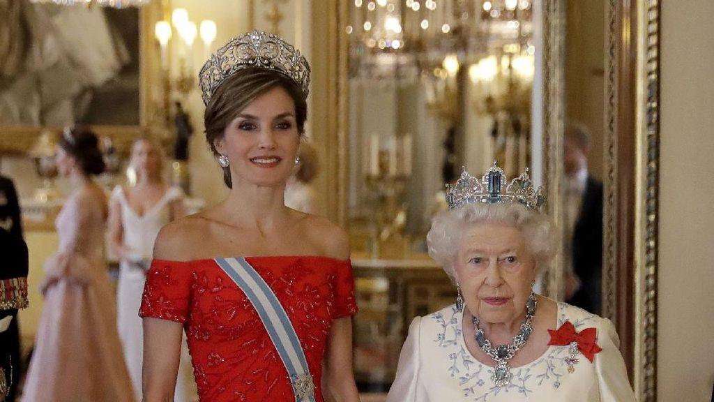 Foto: Ratu Letizia dari Spanyol Anggun Bergaun Merah Temui Ratu Inggris