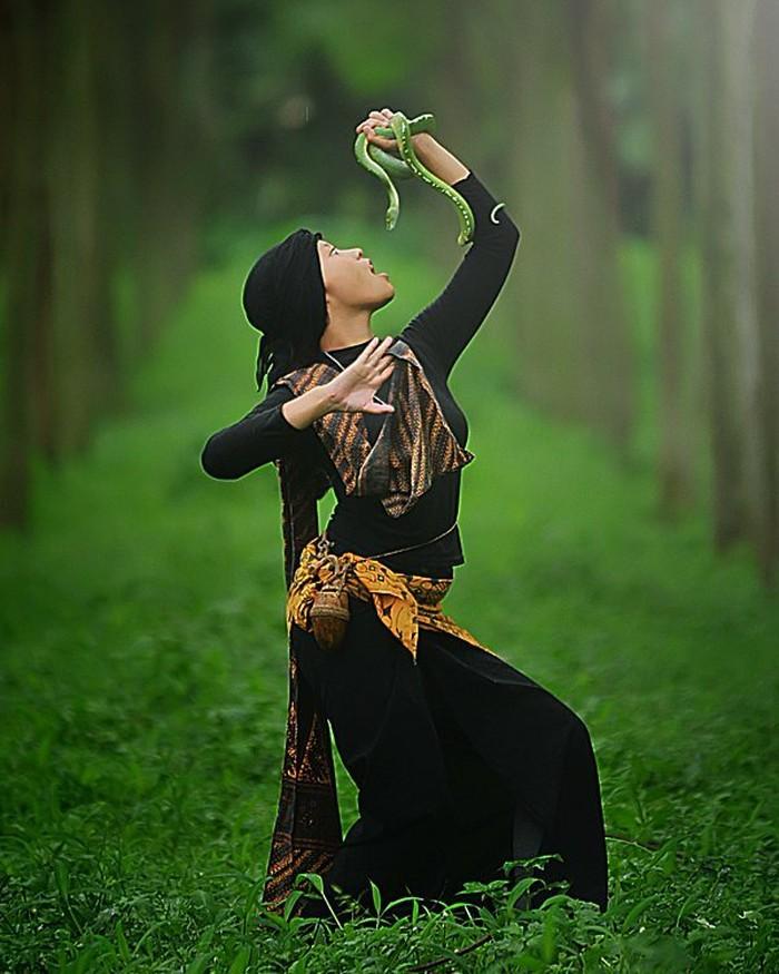Adalah Iwan Kristiana, fotografer asal Sumedang ini coba membuat foto bertemakan ular. Foto: Iwan Kristiana