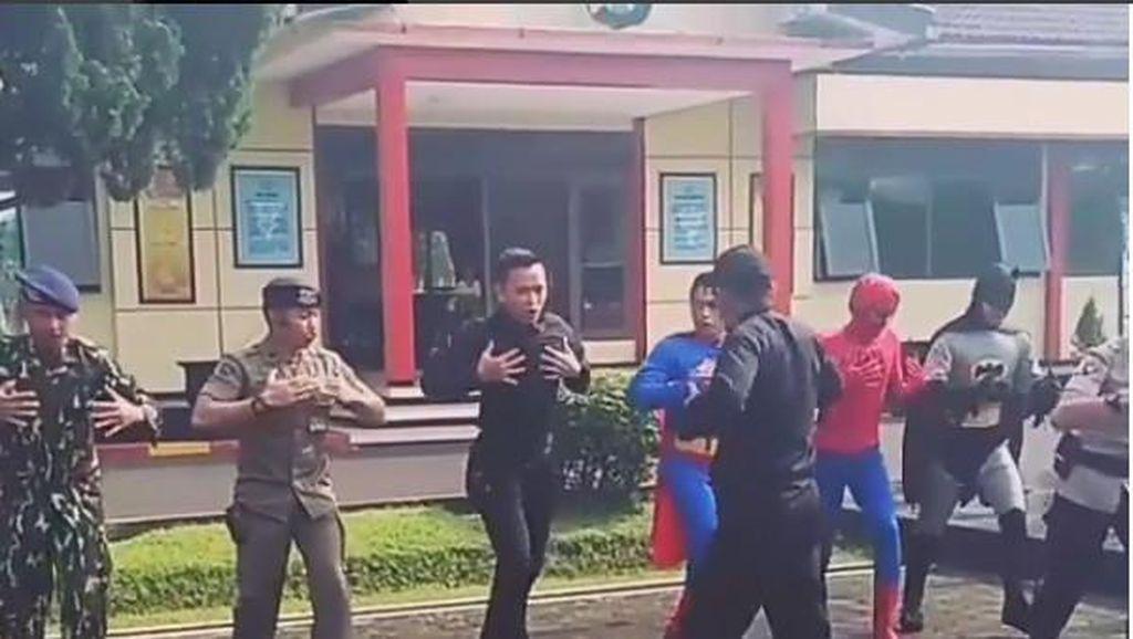 Saat Personel Brimob Aksi Yel-yel Bareng Spider-Man Sampai Batman