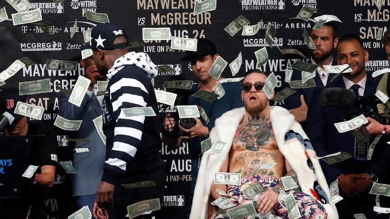 Mayweather Hujani McGregor dengan Lembaran Uang