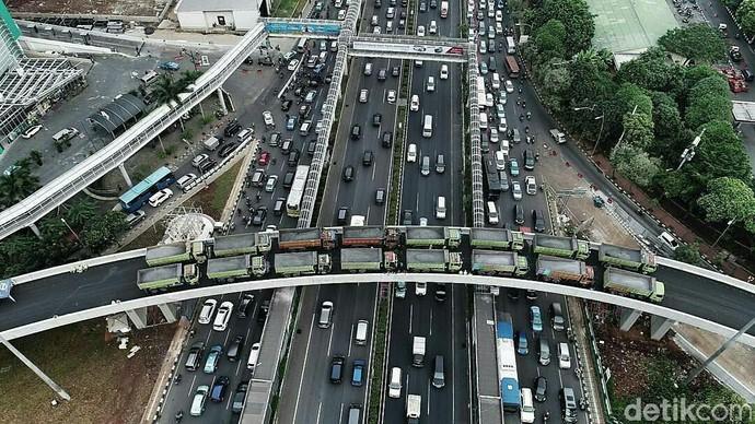 Foto: Uji Beban Simpang Susun Semanggi Pakai 16 Truk