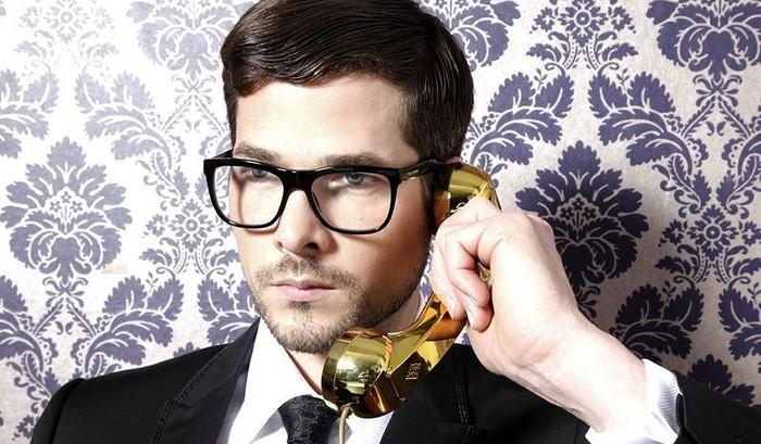 Headset berbentuk telepon jadul. Kamu yakin mau membawanya ke mana-mana? Foto: internet