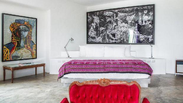 Ruang tidur dengan hiasan lukisan seni kontemporer