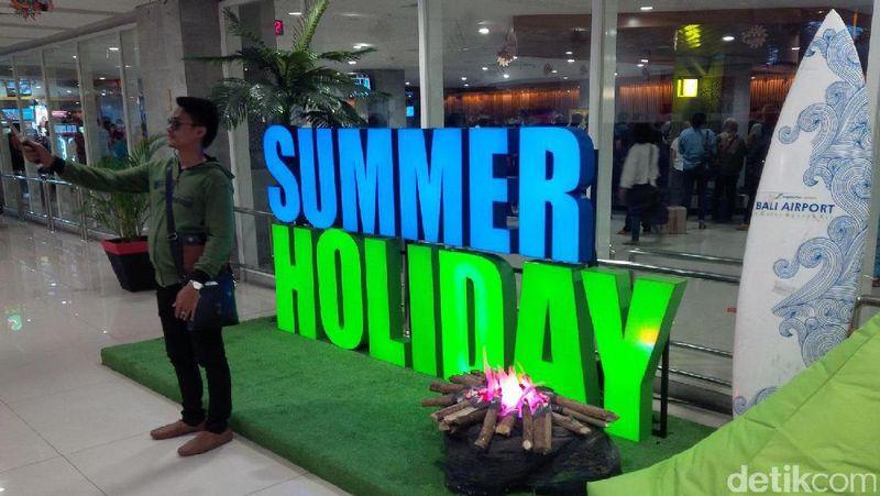 Bandara I Gusti Ngurah Rai mencoba membawa sunset khas Bali ke dalam terminal. Dekorasi dan games Summer Rainbow Holiday ini akan berlangsung selama musim panas(David/detikTravel)
