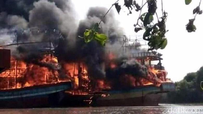 18 Kapal Cantrang Terbakar, Petugas Kesulitan Padamkan Api