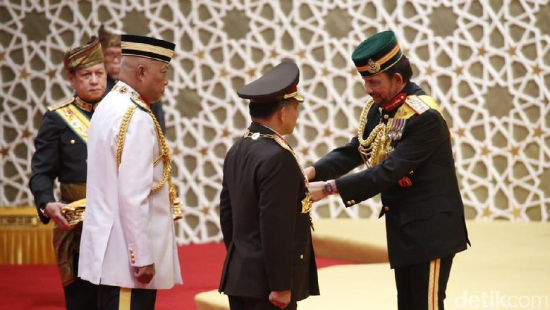 Image result for kapolri mendapat penghargaan dari sultan