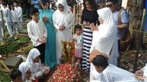 Jupe Ultah ke-37, Sri Wulansih Menangis di Makam Sang Putri
