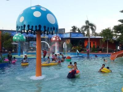 Seru! Bisa Main Air dan Salju di Waterpark Semarang Ini