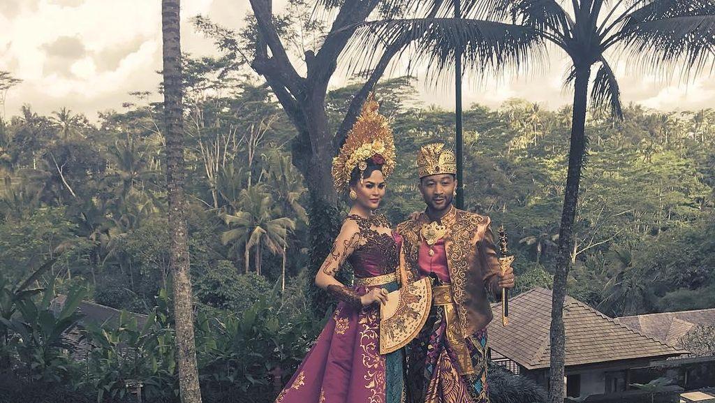 Liburan ke Bali Sekeluarga, John Legend Pakai Baju Tradisional