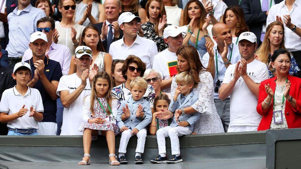 Cute! Anak Kembar Roger Federer Kompak Pakai Blazer di Final Wimbeldon
