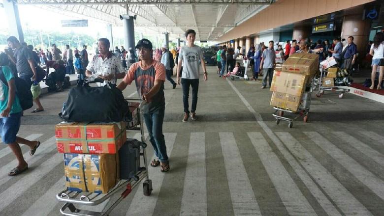 Traveler di Bandara Supadio (Rachman Haryanto/detikTravel)