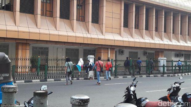 Penumpang KRL lompati pagar Stasiun Cikini karena merasa pintu keluar-masuk pagar terlalu jauh