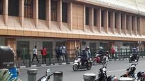 Terlalu Pendek, Penumpang Kerap Lompati Pagar Stasiun Cikini