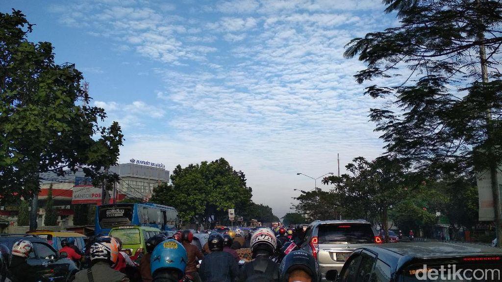 Hari Pertama Masuk Sekolah, Arus Lalu Lintas di Bandung Padat