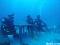 Meja dan kursi di dalam air