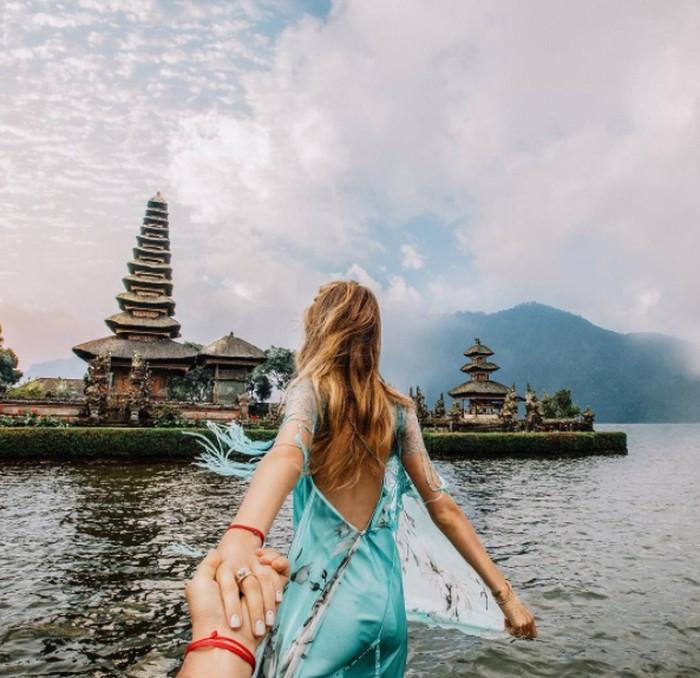 Akun Instagram Osmann sebagian besar menjepret punggung pasangannya, Nataly Zakharova di berbagai tempat wisata eksotis seperti Bali. Foto: Instagram