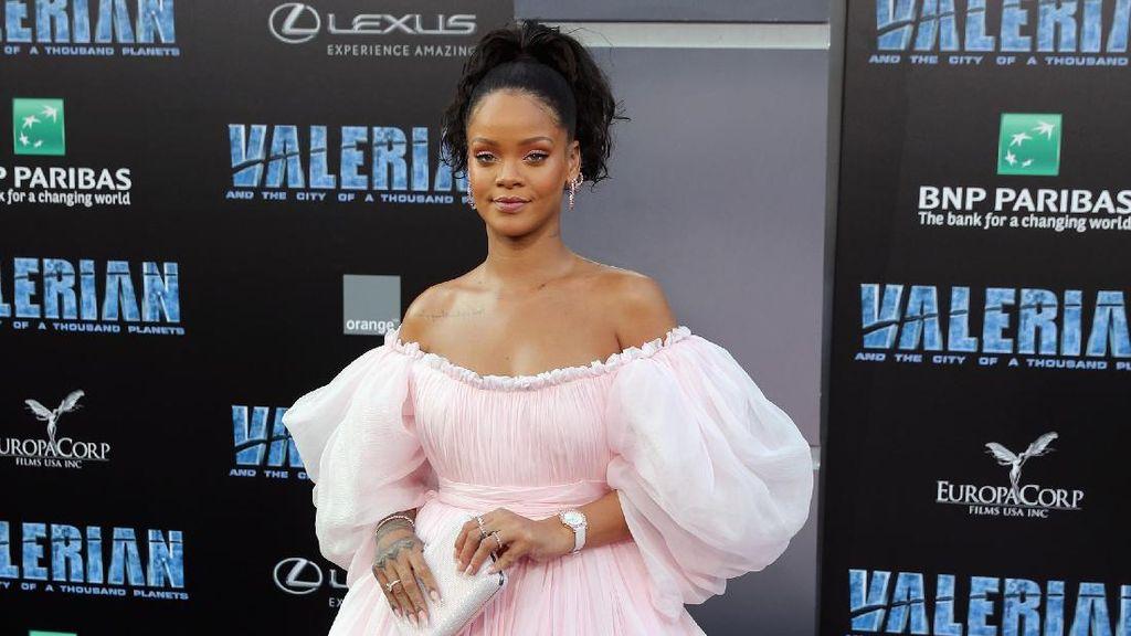 Pretty in Pink! Rihanna Memesona Bak Balerina di Premiere Valerian