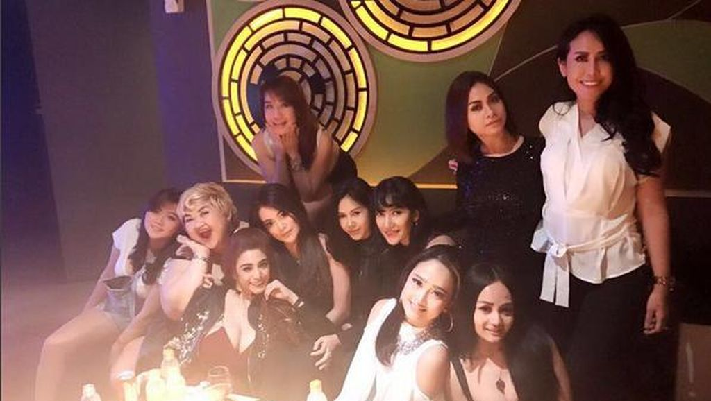 Foto Pretty Asmara saat Party Bersama Rekannya Sebelum Ditangkap