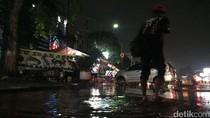 Pipa Air Kena Besi Pancang, Sebagian Jalan Matraman Tergenang