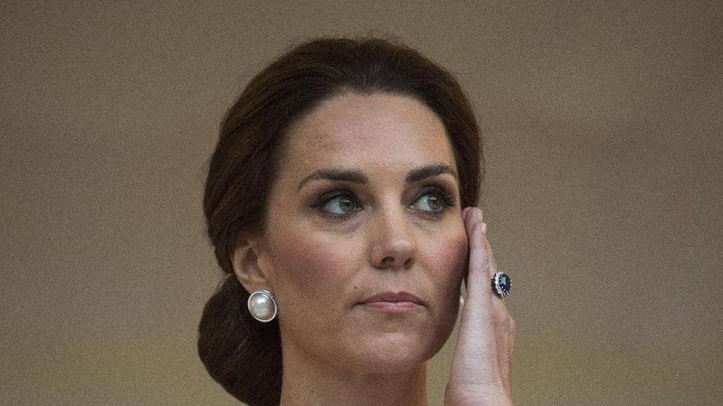 Foto: Gaya Seksi Kate Middleton Pakai Gaun Berbelahan Dada Rendah