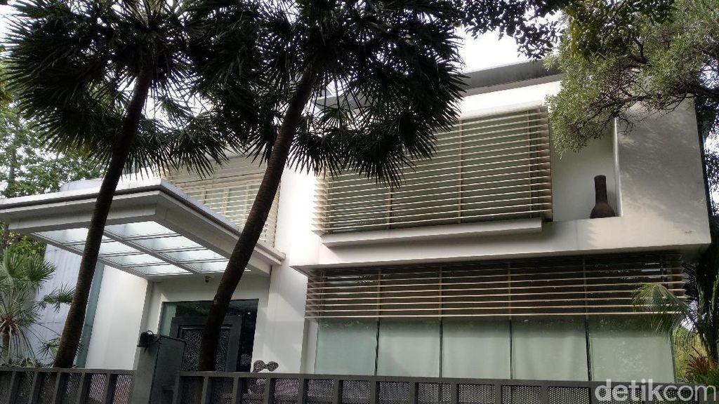 Foto: Situasi di Depan Rumah Besar Novanto di Kebayoran Baru