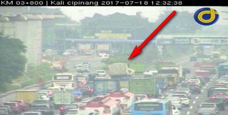 Truk Tabrak Pemisah Jalan di Tol Jagorawi arah TMII, Lalin Padat