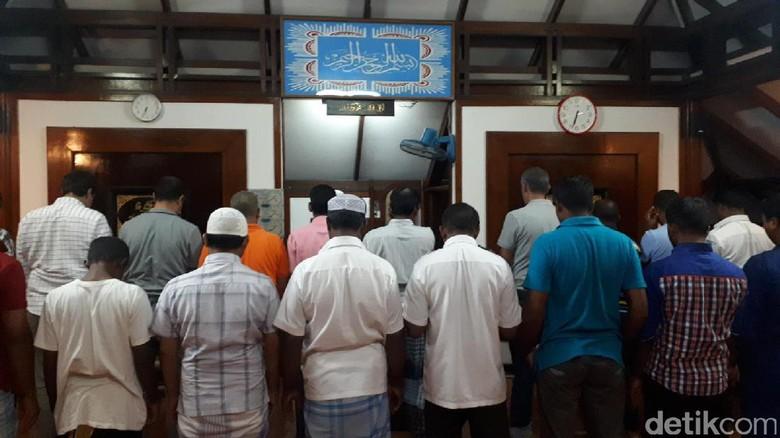 Foto: Staff di Club Med Kani Maldives sedang melaksanakan ibadah salat (Afif/detikTravel)