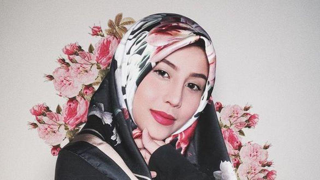 Cantik Berhijab, Awkarin Eksis di Instagram Jelang Pengajian Oka Mahendra