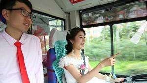 Pengantin Wanita Cantik Antar Calon Suami ke Tempat Pelaminan Pakai Bus