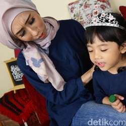 Ibu Ini Klaim Caranya Ampuh Atasi Anak yang Suka Menyela Pembicaraan