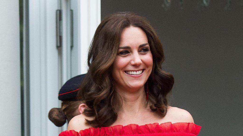 Cantiknya Kate Middleton Tampil Stylish dengan Gaun Bahu Terbuka