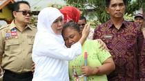 Tangisan Ibu Korban Banjir Pada Mensos