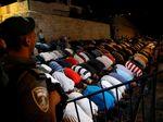 Warga Palestina Gelar Salat di Luar Komplek Masjid Al-Aqsa