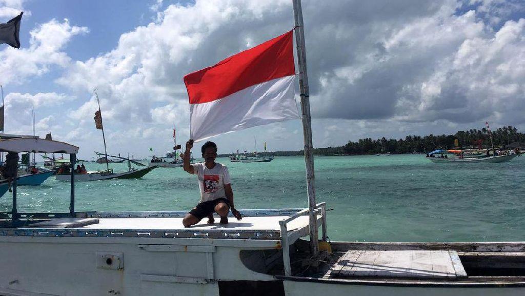 Bendera Setengah Tiang di Kapal Nelayan Masalembu
