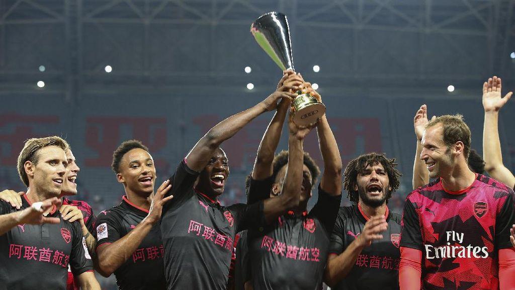 Foto: Arsenal Angkat Trofi di China