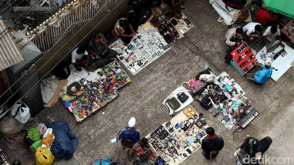 Hingar Bingar Pasar Loak di Jantung Ibu Kota