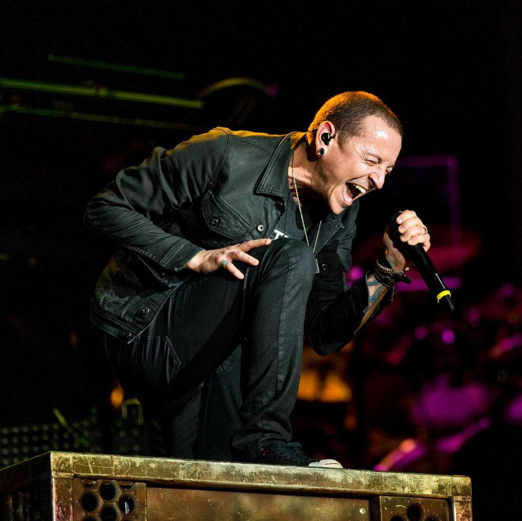 Kenangan Chester Bennington Nyanyikan Hallelujah di Makam Chris Cornell