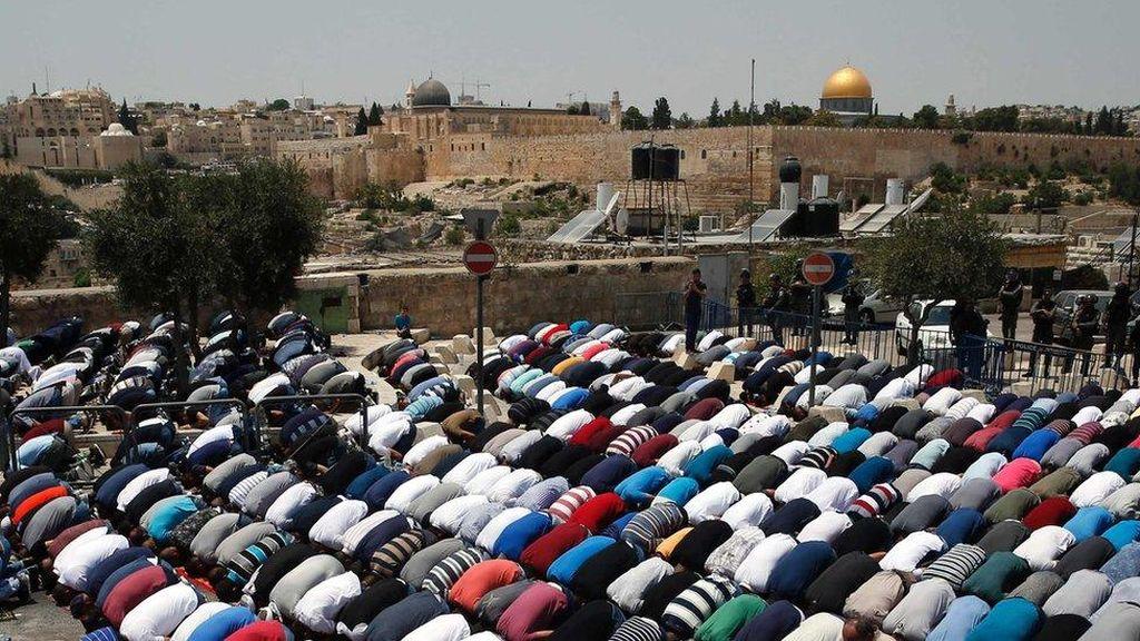 Israel Perketat Akses ke Masjid Al-Aqsa, Warga Palestina Salat di Jalan