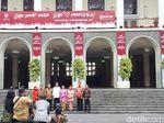 Momen Jokowi Bernostalgia di Tangga Keramat Balairung UGM