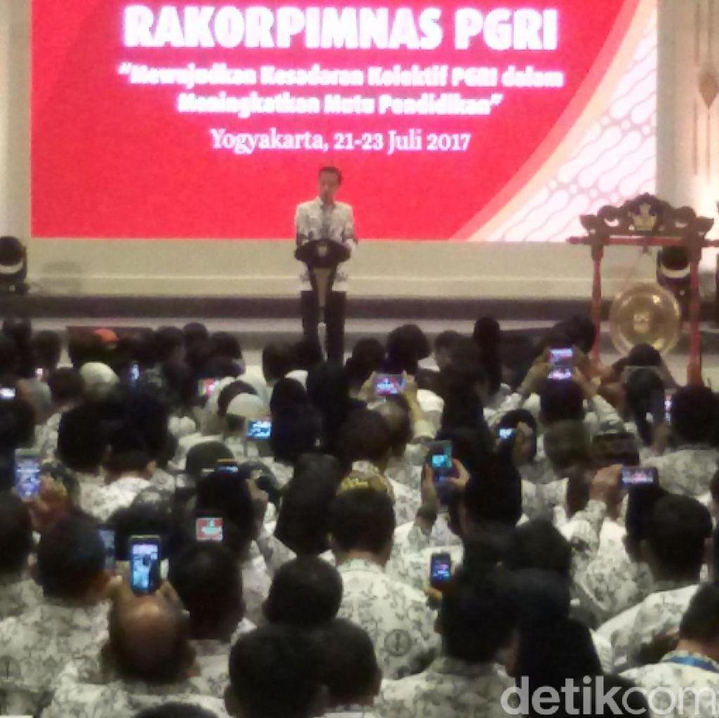 Berseragam PGRI, Presiden Jokowi Salami Para Guru