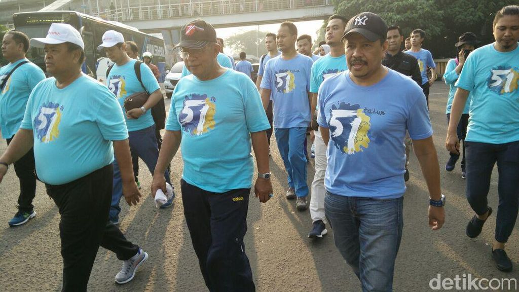 Darmin dan Ratusan PNS Kemenko Perekonomian Jalan Santai di Minggu Pagi