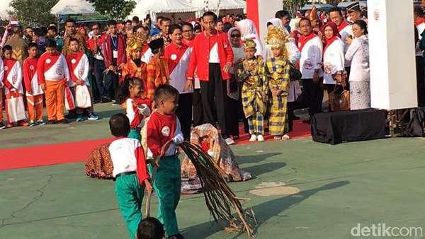 Jokowi Diajak Main Ular Tangga pada Peringatan Hari Anak di Riau