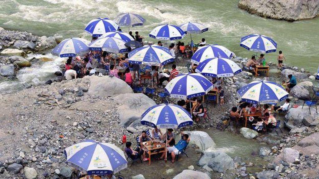 Diserang Gelombang Panas, Warga China Ramai Bermain Mahjong di Sungai