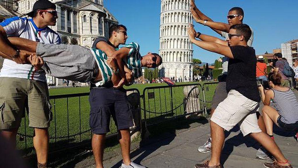 Trik Berfoto di Menara Pisa Ini Seru dan Kocak