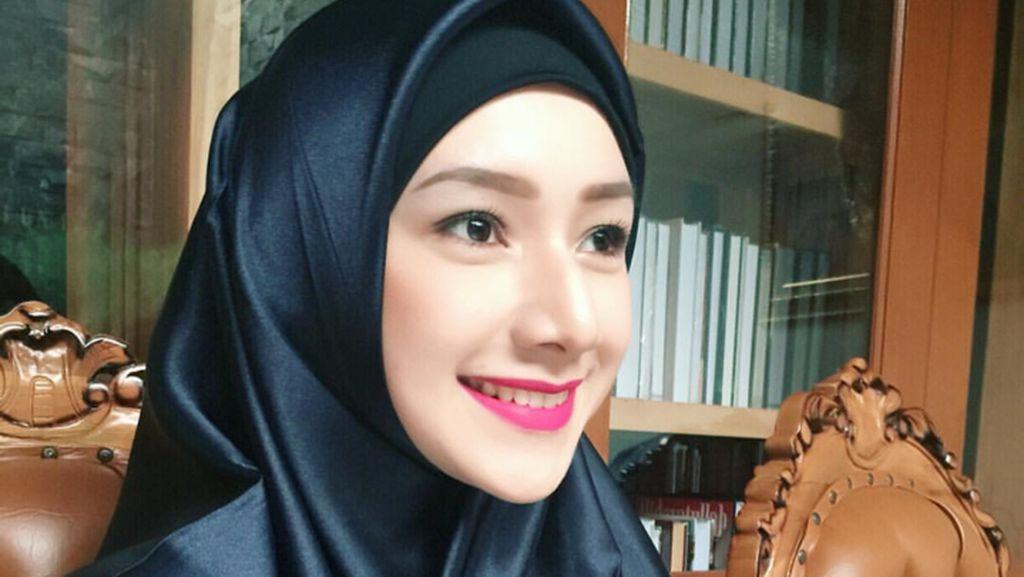 Foto: Gaya Hijab Si Cantik Indri Giana, Pesinetron yang Jadi Istri Ustad