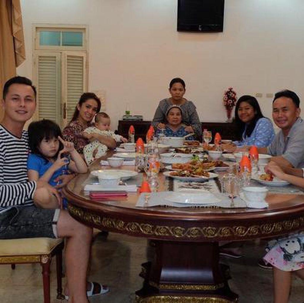 Cerita Ussy Sulistiawaty yang Masih Akur dengan Mantan Suami