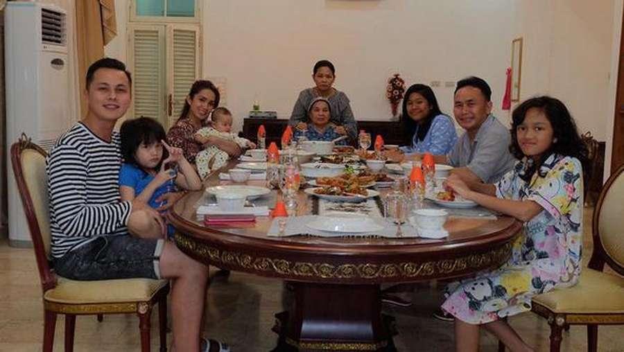 Intip Momen Kebersamaan Ussy Sulistiawaty dengan Mantan Suaminya