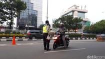 Lawan Arus di Jalan Salemba Raya, Pemotor Nakal Ditilang Polisi