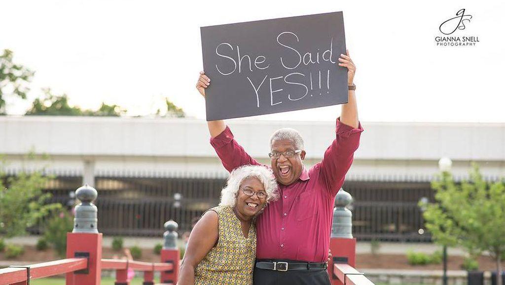 Kisah Cinta Pasangan Ini Buktikan Jodoh Datang Tak Kenal Usia