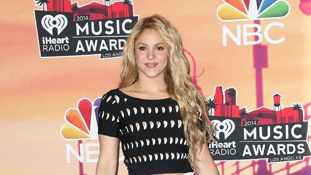 Foto: 10 Gaya Shakira Tampil dengan Rok Mini